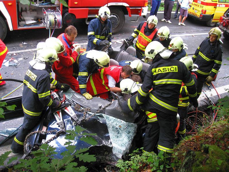 Hasiči a zdravotníci u nehody