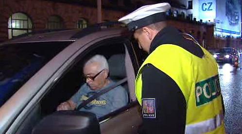 Policista kontroluje řidiče