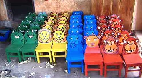 Židličky pro školu v Ugandě