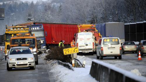 Kamion prorazil svodidla