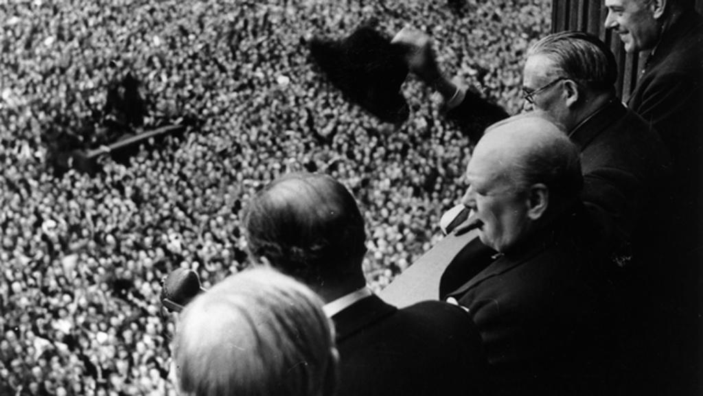 Churchill slaví konec války