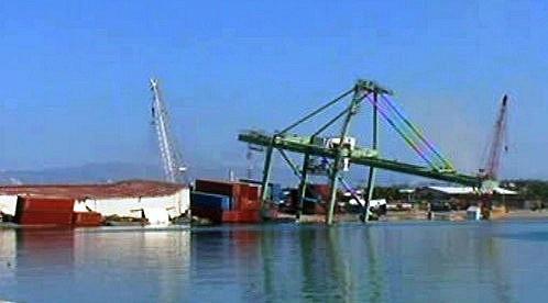 Zničený přístav v Port-au-Prince
