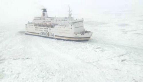 Trajekt Nordlandia zamrzlý v Baltu