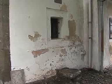 Poškozená omítka Husova domku