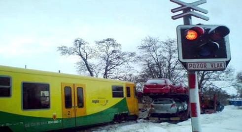 Na přejezdu se střetl osobní vlak a kamion