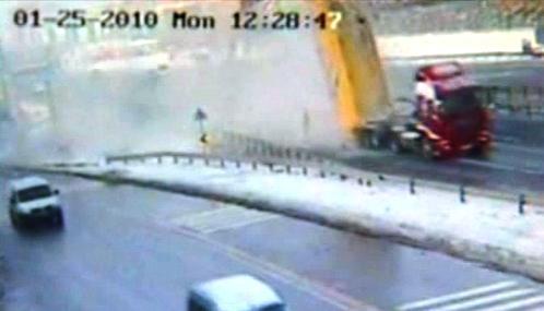 Kuriózní nehoda tureckého nákladního auta