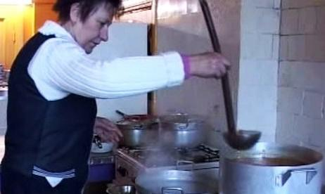 Ilga Vanuska vaří polévku