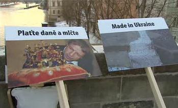 Demonstrace proti opravám Karlova mostu