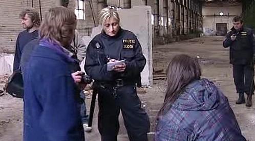 Policisté kontrolují bezdomovce