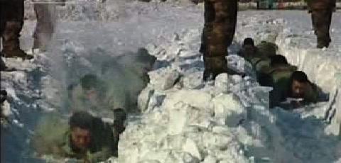 Čínští vojáci trénují přesuny ve sněhu