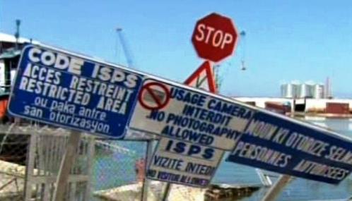 Poničený přístav v Port-au-Prince