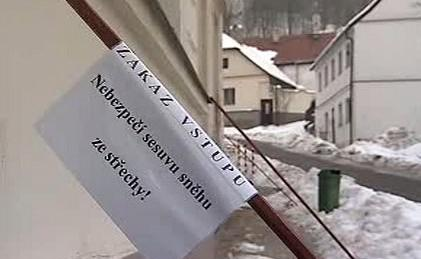 Dníh a led padající ze střech způsobuje nehody