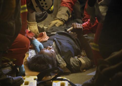 Záchranáři našli pod troskami po sedmi dnech živou ženu