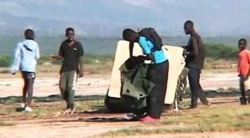 Haiťané rozebírají pomoc shozenou Američany z nebe