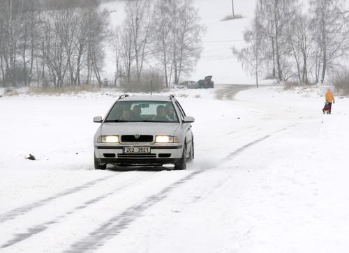Auto na zamrzlém jezeře
