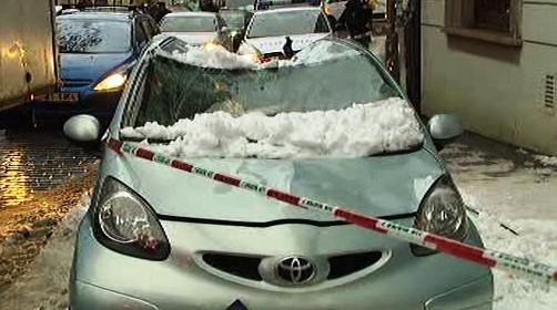 Sníh poškodil střechu zaparkovaného auta