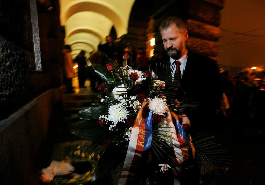 Václav Hampl u pamětní desky Jana Palacha