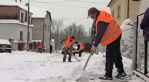 Nezaměstnaní odklízejí sníh