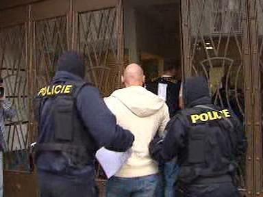 Policie při zátahu