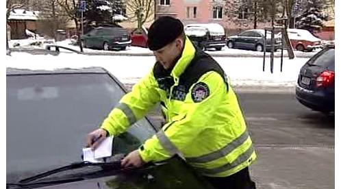 Strážník uděluje pokutu