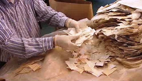 Třídění zničených dokumentů Stasi