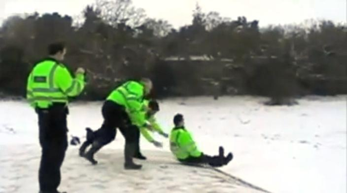 Britští policisté bobují na štítech