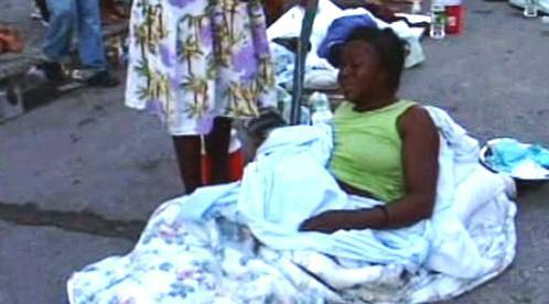Tisíce Haiťanů strávily druhou noc po zemětřesení na ulicích