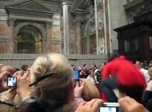 Žena, která přeskočila bezpečnostní zábrany a napadla papeže