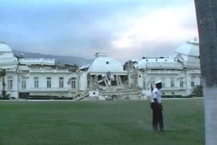 Poškozený prezidentský palác na Haiti