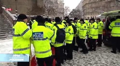 Policisté se vrhají do boje se sněhem
