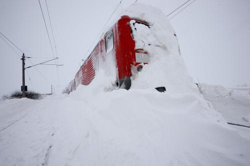Na zasněžené trati v Německu uvízl vlak