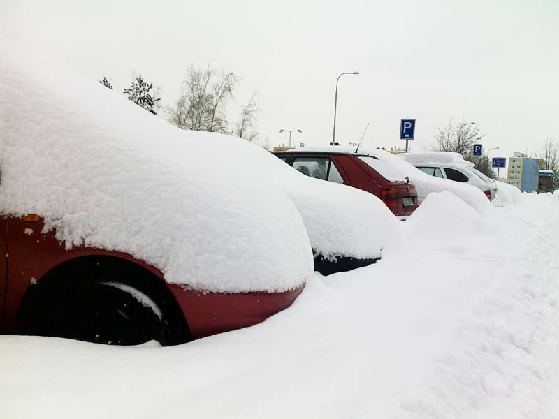 Sníh zasypal auta