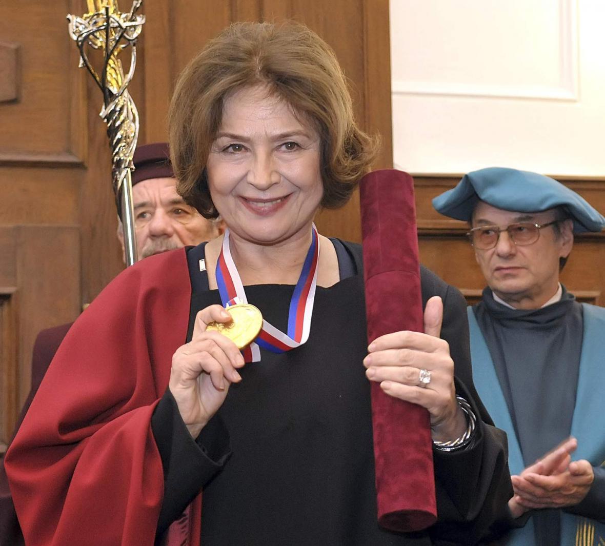Emília Vášáryová při přebírání čestného doktorátu JAMU