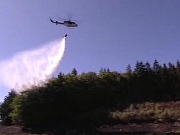 Policejní vrtulník při hašení