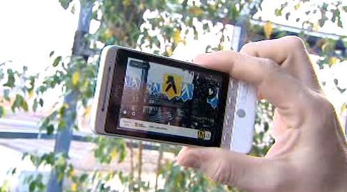 Mobil s aplikací navigace ve fotoaparátu