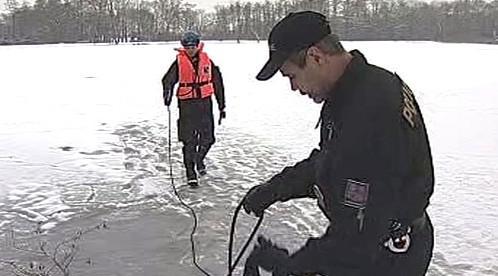 Policisté měří sílu ledu