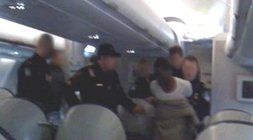Zadržení mladého útočníka na palubě letadla
