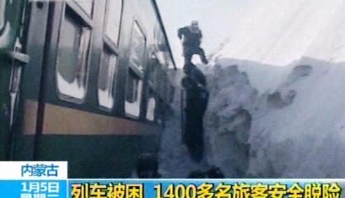 Čínský vlak uvízl v závěji