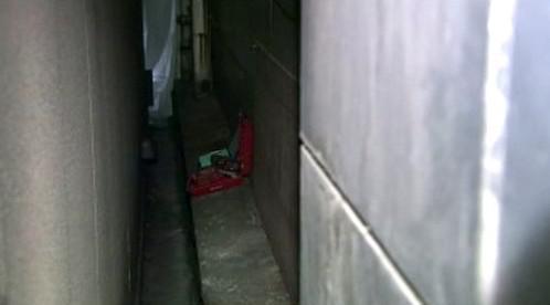 Ulička, ze které se zloději prokopali do obchodu