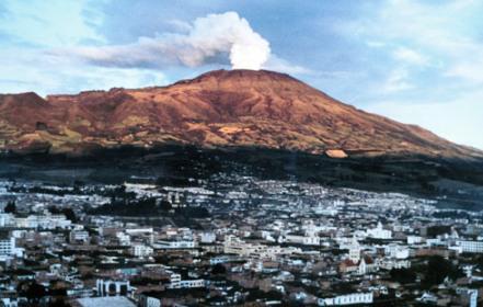 Sopka Galeras, v popředí město Pasto