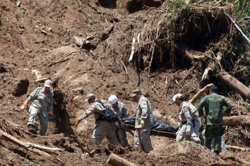 Pátrání po obětech sesuvů půdy v Brazílii