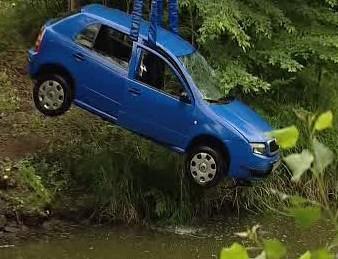 Auto v řece