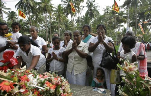 Pozůstalí se modlí za oběti tsunami v roce 2004