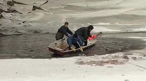 Rybáři před výlovem rozbíjejí led