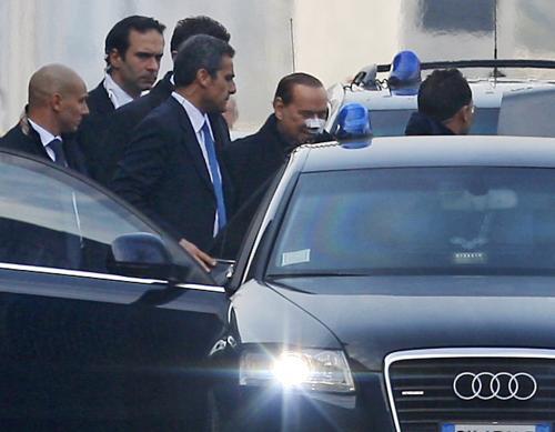 Silvio Berlusconi opouští milánskou nemocnici
