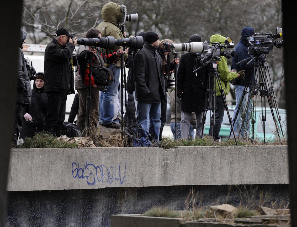 Novináři sledují pobočku banky