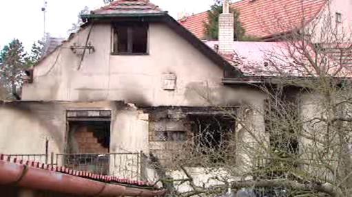 Vyhořelý dům v pražských Kunraticích