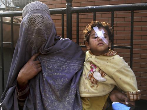 Pákistánská žena drží svého zraněného syna