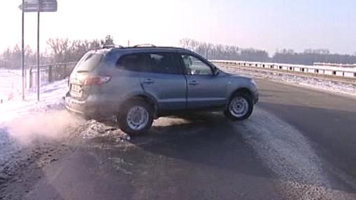Řidič bojující s ledem na silnici