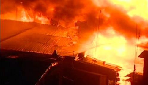 Hasiči likvidují požár v chudinské čtvrti v Manile